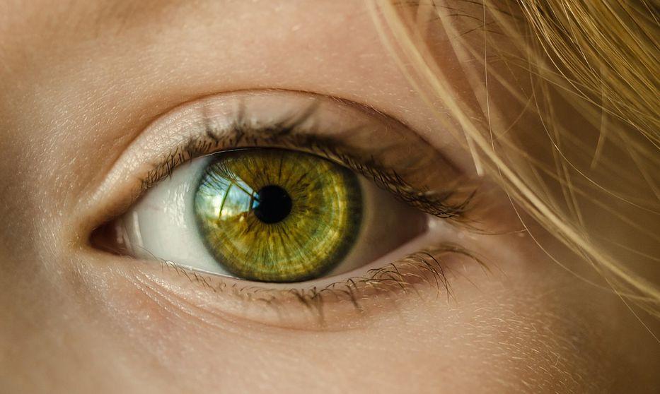 Por error se echa en ojo gotas para la disfunción