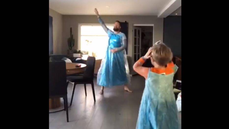 #Video Padre se disfraza de Elsa de Frozen en apoyo a su hijo