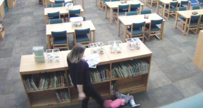 Vídeo: Maestra patea a una niña de cinco años en biblioteca