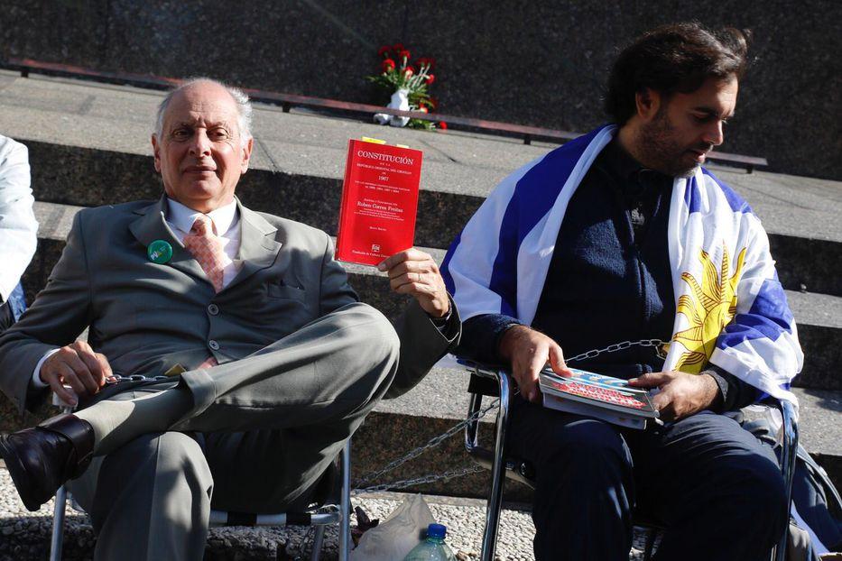 Gustavo Salle se encadenó frente a la Torre Ejecutiva en rechazo a negociaciones con UPM