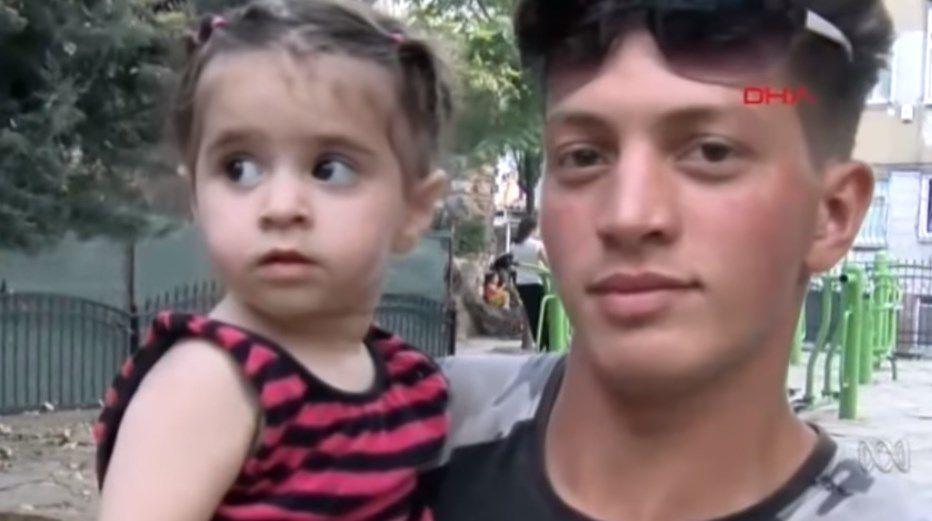 Salvó de milagro a una niña que caía desde un segundo piso