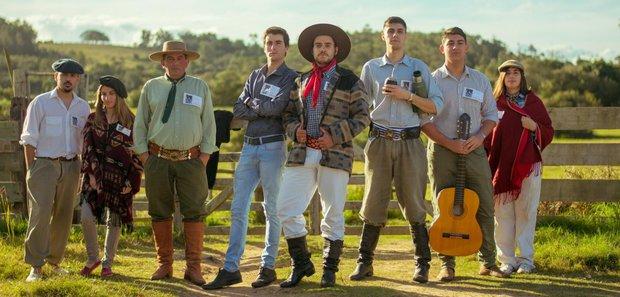 """El """"Gaucho Freddy"""" con algunos de los seguidores de la """"Unión Campera"""". Foto: Comando de campaña"""