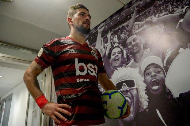 De Arrascaeta y la pelota de su primer triplete. Foto: flamengo.com.br - Marcelo Cortes