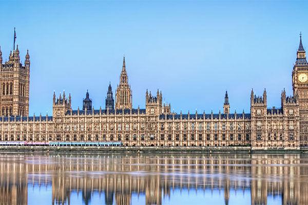 Frente al Parlamento