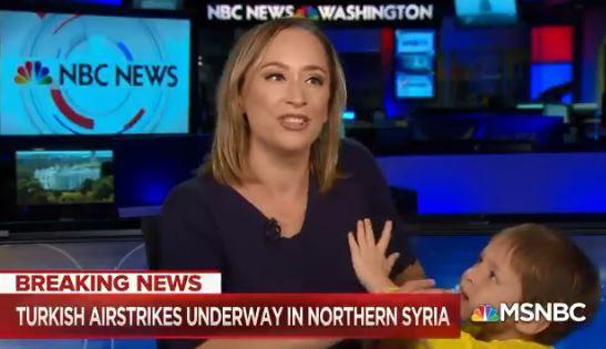 Periodista de NBC fue interrumpida por su hijo mientras conducía el informativo