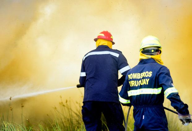 Bomberos controlando el incendio en Melilla. Dante Fernández / FocoUy (archivo)