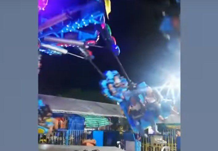Juego mecánico se rompe y una pareja sale volando por los aires