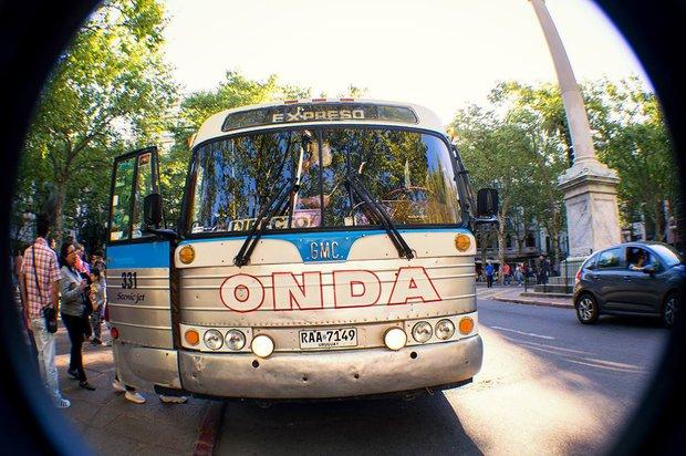 Un antigo bus de ONDA exhibido en la avenida 18 de Julio. Archivo  / Gerardo Carrasco