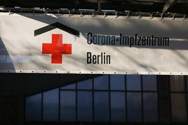 Centro de vacunación instalado en el Berlín Arena. EFE/EPA/Christian Marquardt