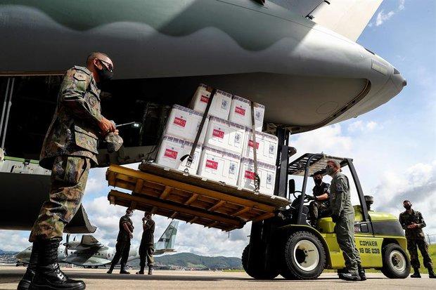 Archivo. Dosis de Coronavac arribando a Brasil. EFE/Sebastiao Moreira