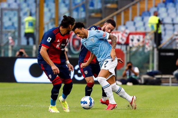Felipe Anderson quiere pasar entre Nández y Cáceres. Foto: EFE / Angelo Carconi